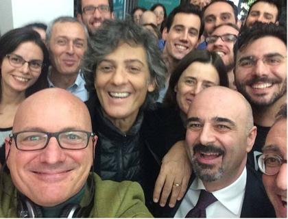 Selfie con Fiorello a Enlabs. In basso da destra si riconoscono Luigi Capello, fondatore dell'acceleratore, e Giovanni Lo Storto, direttore generale della LUISS