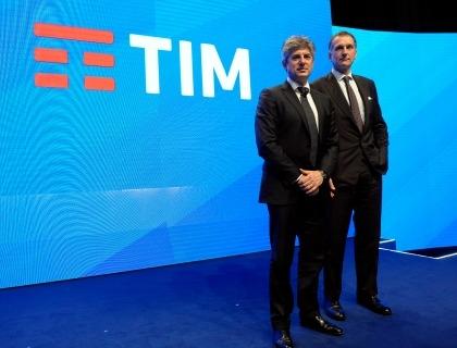 L'ad del Gruppo Telecom Italia, Marco Patuano, e il presidente Giuseppe Recchi con il nuovo logo Tim
