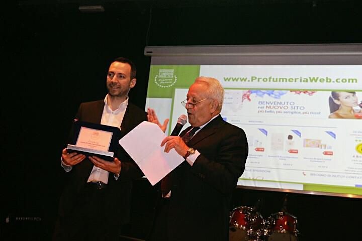 Vincenzo Cioffi, founder di ProfumeriaWeb, (a sinistra) premiato al Netcomm E-Commerce Award 2016