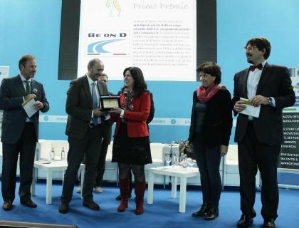 La presidente di BeonD, Massimiliana Carello, riceve il Premio Sviluppo Sostenibile (al centro vestita di rosso)