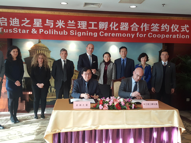 Dietro ai firmatari dell'accordo, da sinistra: Chiara Montanari, Delia Olivetto, Stefano Mainetti e Giuliano Noci. Per TUS Star, Yuan Wei, Chen Hongbo, Liu Xueliang, Lin Jian.