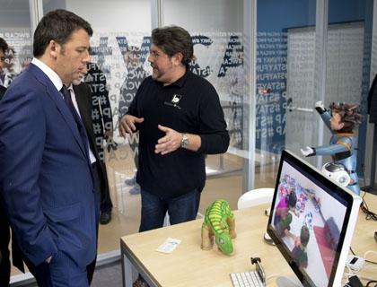 Il premier Renzi osserva i robot di Behaviour Labs con Daniele Lombardo