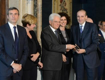 Alberto Vacchi (primo da destra) riceve il