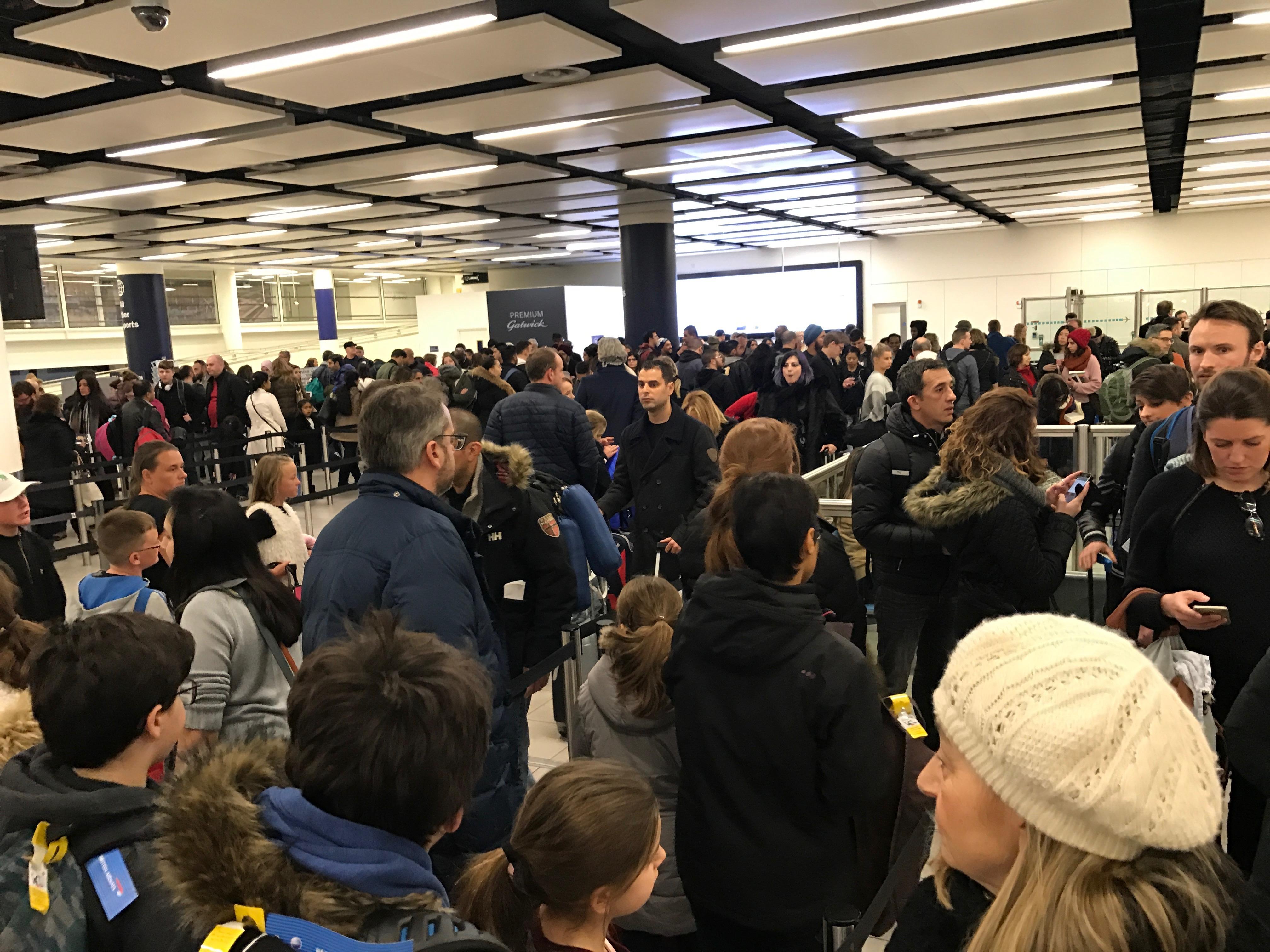 Le lunghe file all'aeroporto di Londra