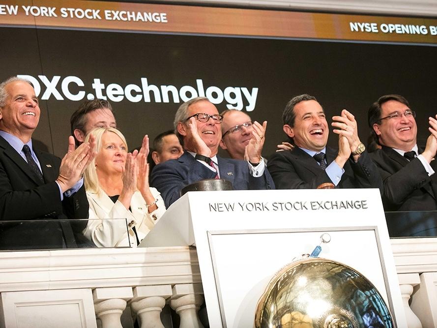 Mike Lawrie, Ceo di DXC Technology, e altri dirigenti nel giorno del debutto in Borsa