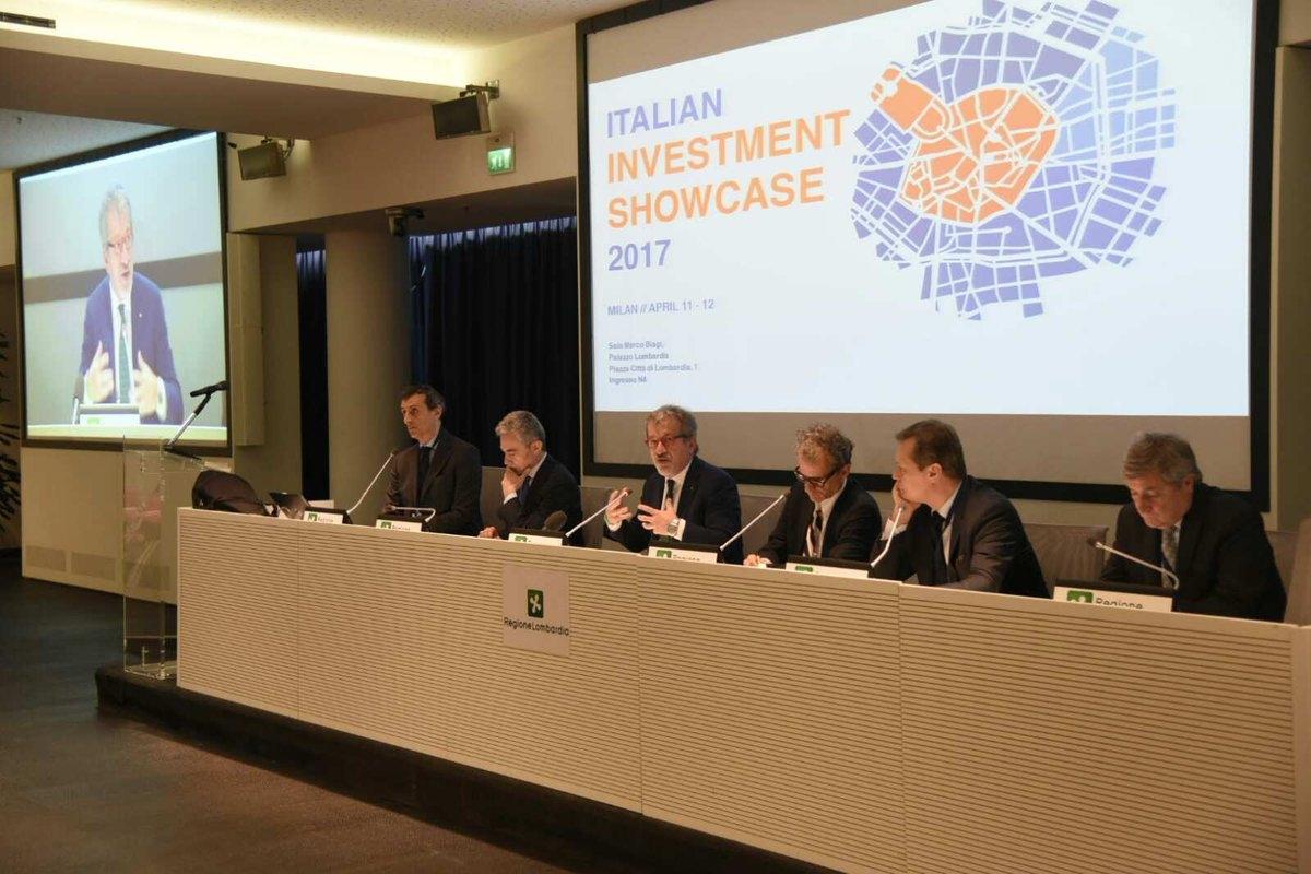 Roberto Maroni, presidente della Regione Lombardia, apre i lavori del forum