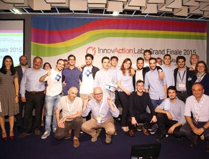 I vincitori insieme agli organizzatori di InnovAction Lab e agli sponsor