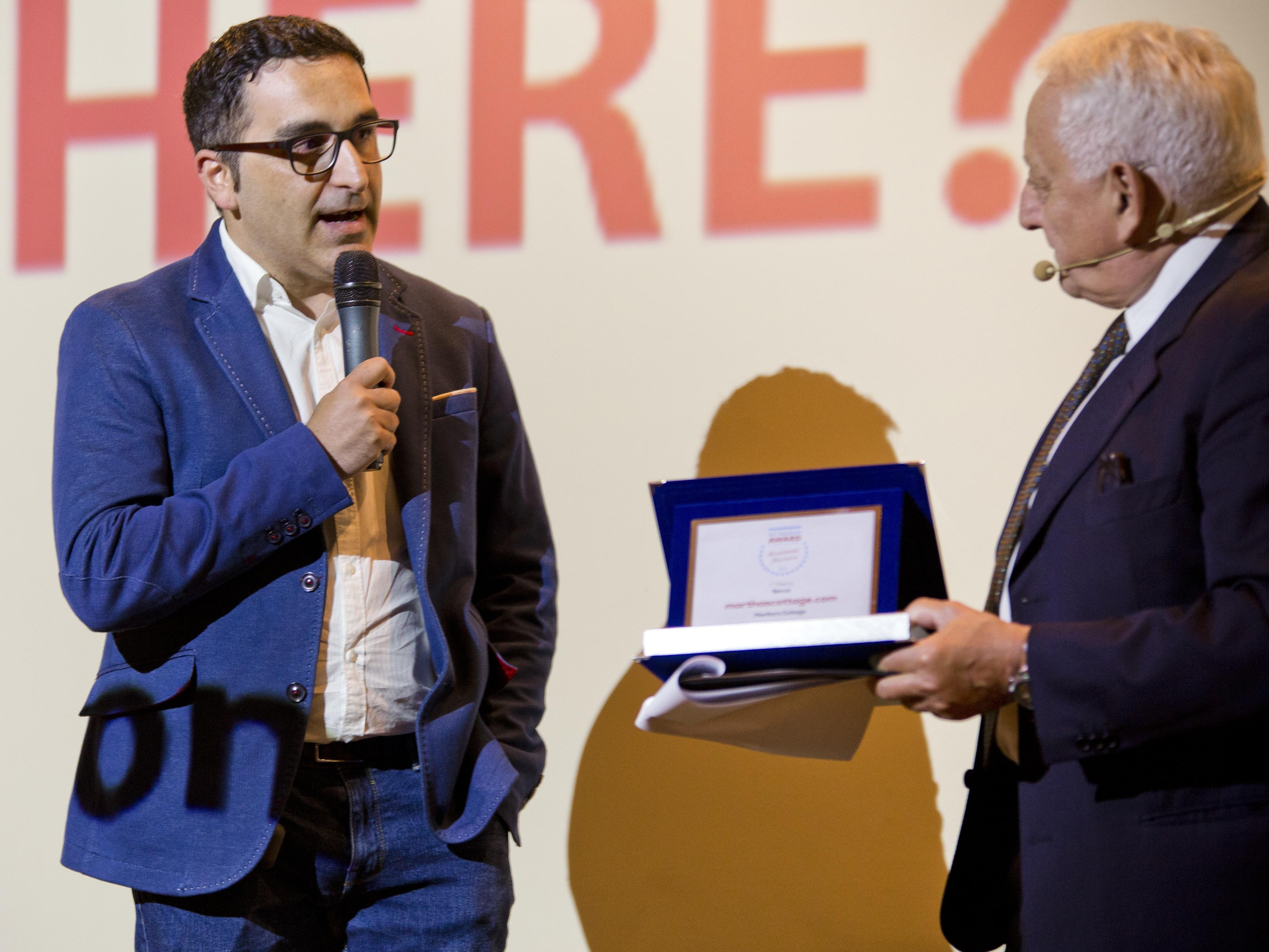 Salvatore Cobuzio, CEO di Martha's Cottage, riceve il premio da Roberto Liscia di Netcomm
