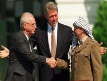 Una storica stretta di mano fra Rabin e Arafat davanti a Bill Clinton, 20 anni fa: segnava l'inizio di una nuova era nei rapporti fra Israele e Palestina