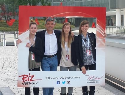 Stefano Mainetti, Consigliere Delegato del Polihub, con un gruppo di studenti che hanno partecipato a Biz Factory