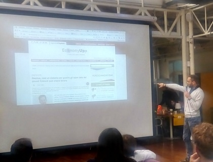 Francesco Pra Levis di Lectios che mostra una pagina di EconomyUp durante il pitch
