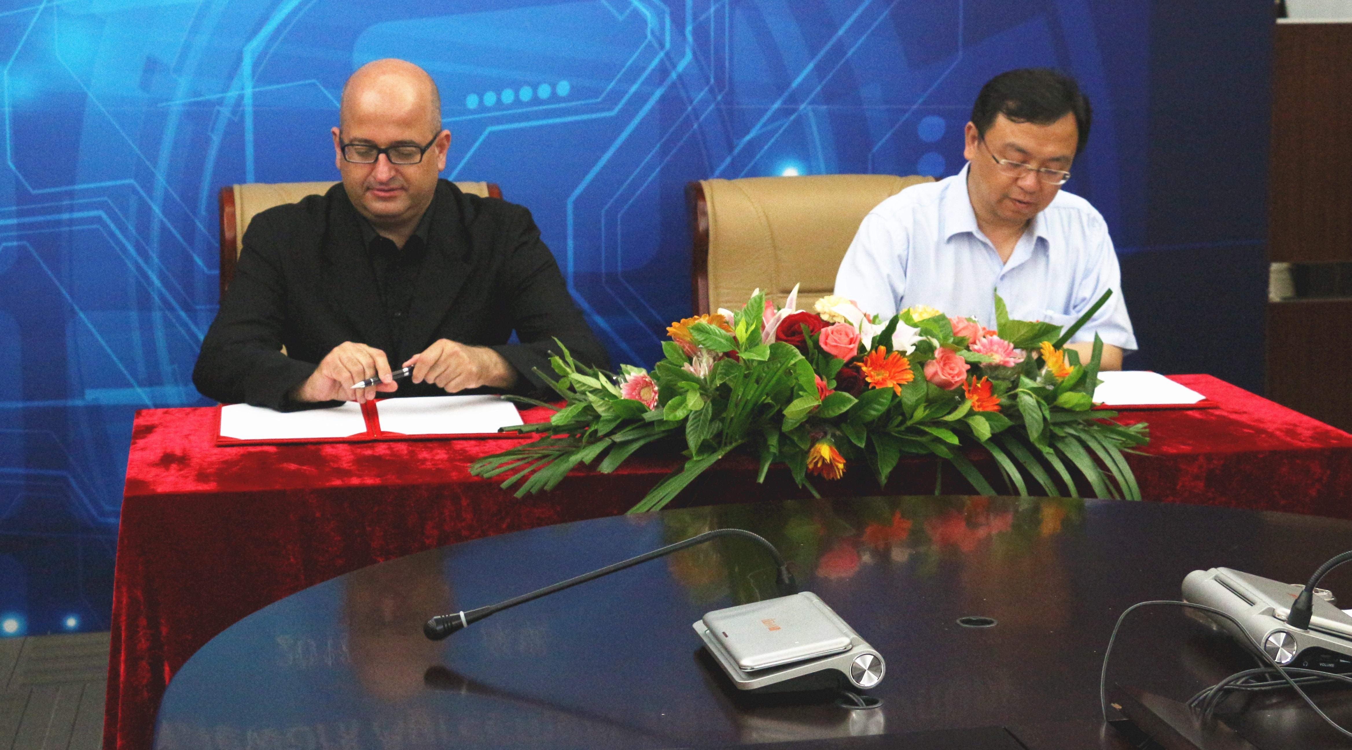 La firma dell'accordo tra Ernesto Ciorra, Direttore Innovazione e Sostenibilità di Enel e Wang Chuanfu, Fondatore e Presidente di BYD