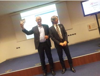Enrico Gasperini, presidente di DigitalMagics con il tombstone consegnatogli da Massimiliano Lagreca, Responsabile dei mercati dedicati alle Large Caps e ai Veicoli d'investimento di Borsa Italiana, dopo l'inizio del collocamento.
