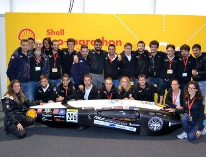 Il team H2politO con l'auto ad idrogeno IDRAkronos