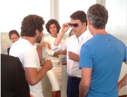 Sergey Brin e Larry Page fanno provare l'ultima versione dei Google Glass al premier Matteo Renzi