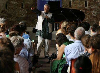 Il premio Nobel Muhammad Yunus durante uno degli incontri di Wave Milano