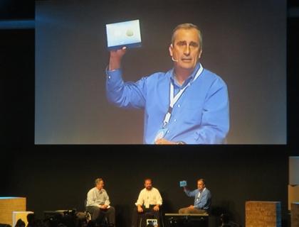 Brian Krzanich, CEO di Intel, mostra Galileo, il primo processore nato dalla collaborazione con Arduino