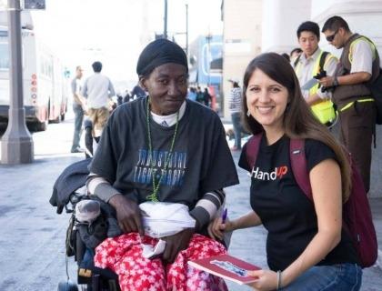 Rose Bromme, founder e Ceo di Hand Up, a destra nella foto. A sinistra una donna aiutata dalla startup
