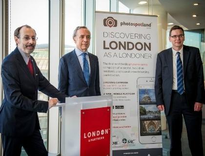 Mario Bucolo, Ceo di Photospoland (da sinistra), con l'ambasciatore italiano in Gran Bretagna Pasquale Terricciato e Andrew Cook, Coo of London& Partners