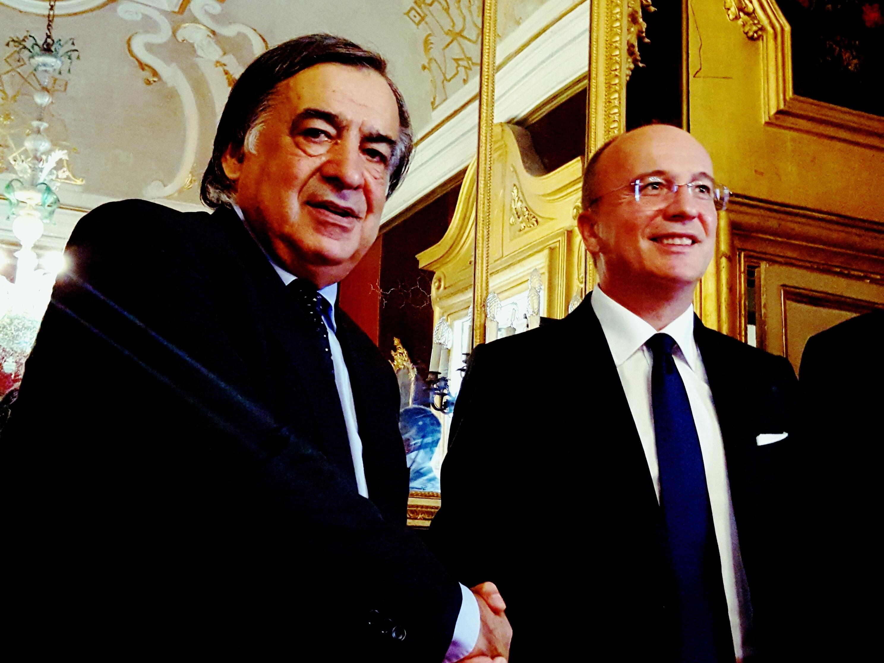 Leoluca Orlando, sindaco di Palermo (a sinistra) stringe la mano a Agostino Santoni, Amministratore Delegato di Cisco Italia