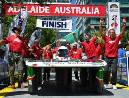 Il team di Onda Solare con l'auto che ha partecipato al World Solar Challenge in Australia