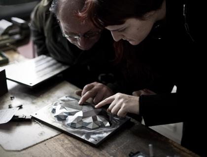 Benedetta Bruzziches con un maestro della tarsia lignea
