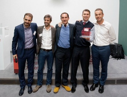Uno dei vincitori del Generali Innovation Challenge con, primo da sinistra, Fabio Santini (director of the developer experience division di Microsoft)  e a destra Gian Palo Meloncelli (Group Head of Business Development and Innovation di Generali)