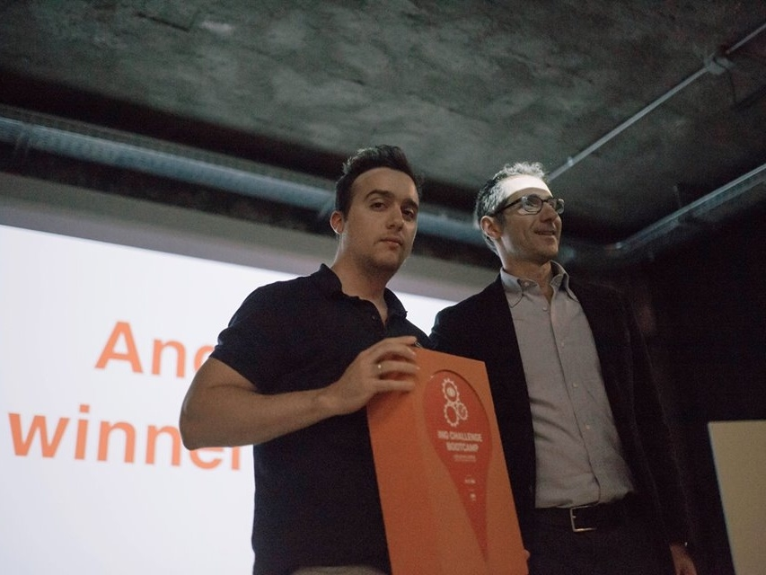 Sergio Rossi, direttore marketing di ING Bank, consegna il riconoscimento a Domingo Lupo, cofounder di Growish
