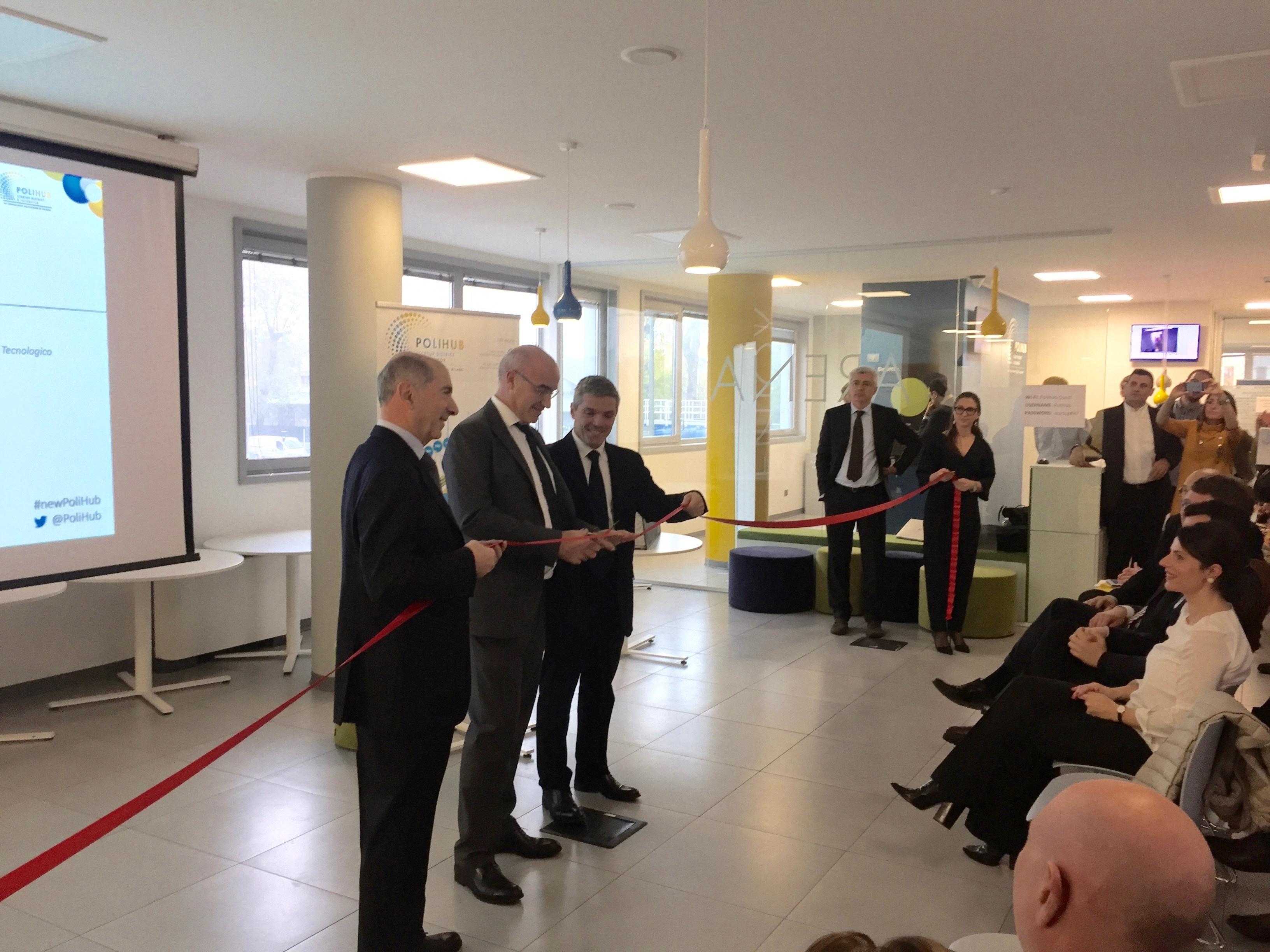 Il taglio del nastro alla cerimonia inaugurale dei nuovi spazi del PoliHub