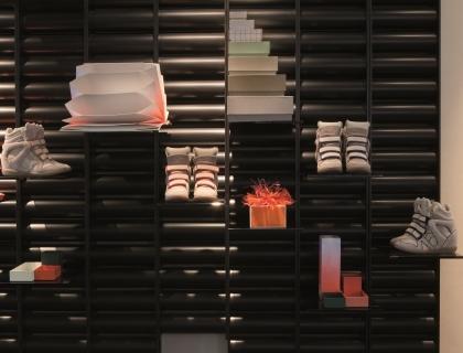 e293131791d2 Siamo ad Anversa, in Belgio: Graanmartk 13 è un ristorante, un negozio, una  galleria d'arte e un appartamento. Tutto sotto lo stesso tetto, dal piano  terra ...