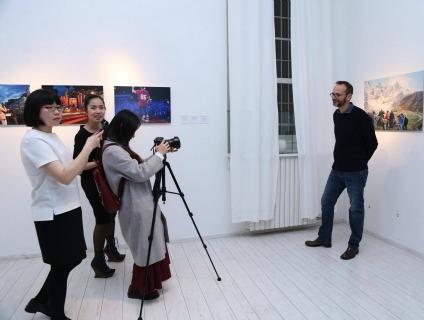 Qui e sotto momenti del vernissage della mostra sull'Alto Adige a Milano
