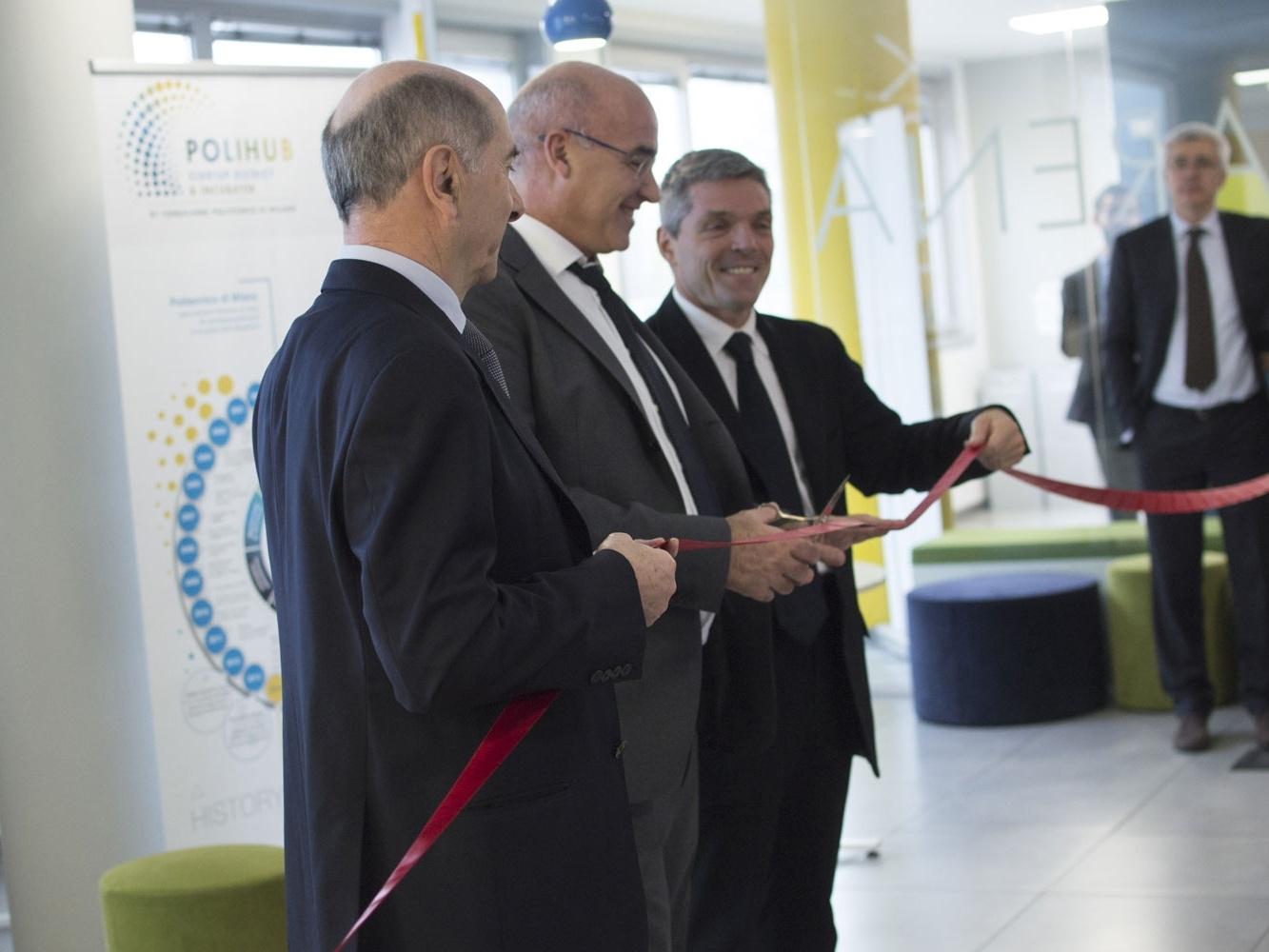 Il taglio del nastro per l'inaugurazione dei nuovi spazi di PoliHub