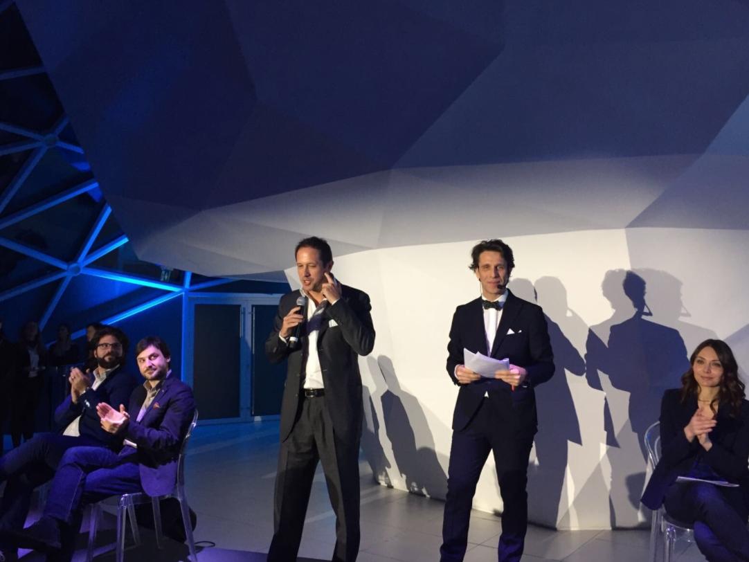 Enrico Mercadante di Cisco Italia mentre annuncia il premio conferito a Swascan